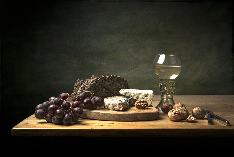 Fine art stilleven met druiven kaas wijn